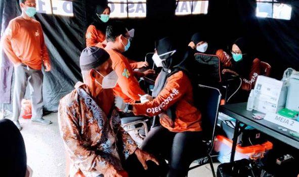 Lansia menerima vaksin Covid-19 dalam rangka HUT Kota Bandarlampung ke 339 di Lapangan Korem, Enggal Bandarlampung.