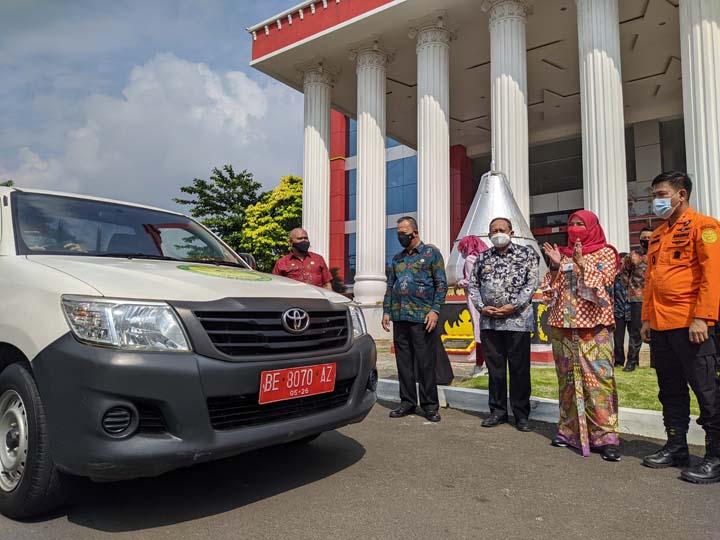 Walikota Eva Dwiana menyerahkan satu unit mobil pinjam pakai kepada Basarnas Lampung, Kamis (3/6/2021).