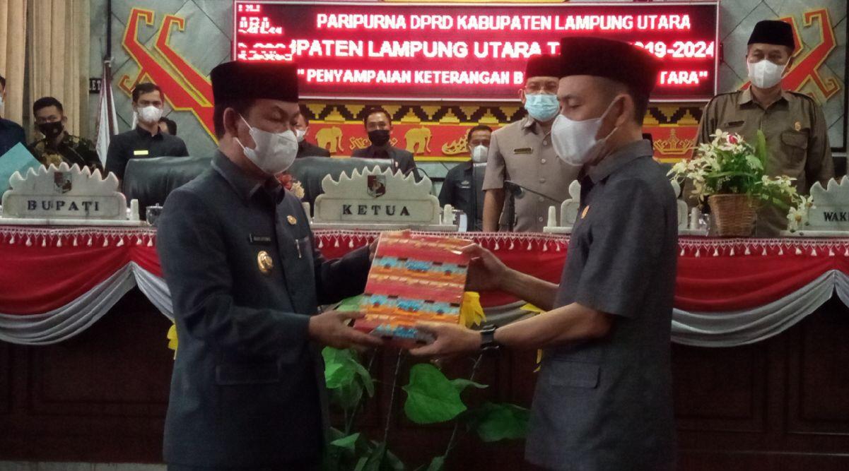 Bupati Budi Utomo serahkan rancangan awal perubahan RPJMD 2019-2024 pada Ketua DPRD Lampung Utara, Romli