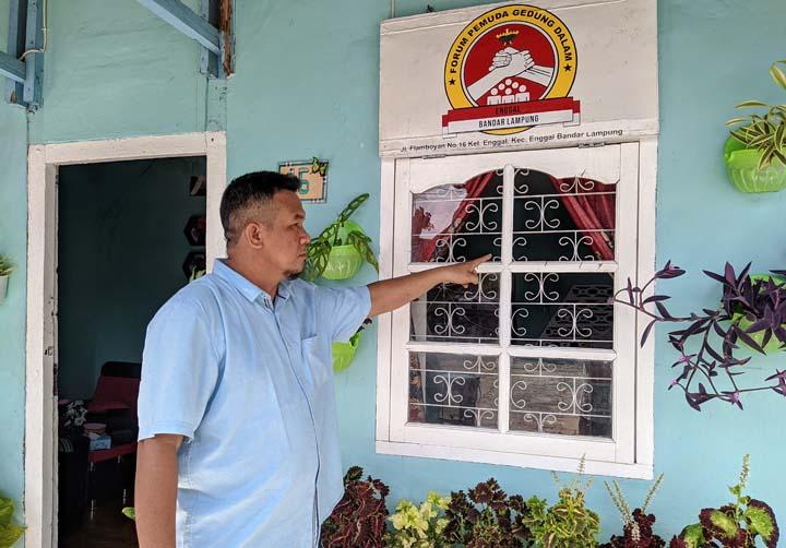 Burman menunjukkan kaca rumahnya yang dipecahkan Gopal.