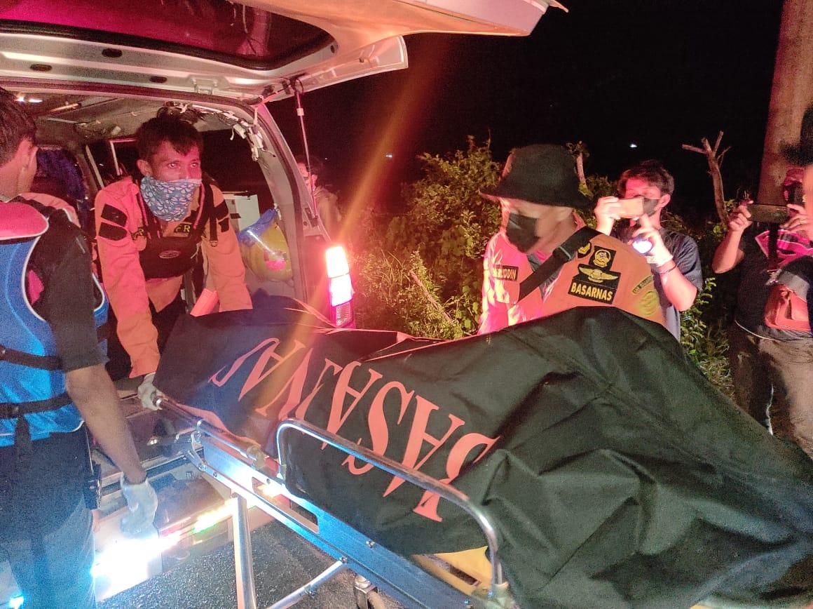 Jasad Dwi Santoso dievakuasi Tim SAR Gabungan, Senin malam (31/5/2021).