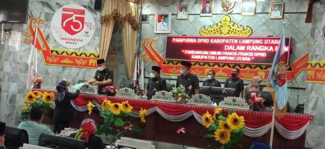 Juru bicara Fraksi Partai Nasdem, Dewi Murni menyerahkan pemandangan umum fraksinya pada Sekdakab Lampung Utara, Lekok