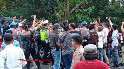 Mobil dinas Bupati Lampung Utara, Budi Utomo dengan pelat BE I J dicegat oleh peserta aksi unjuk rasa di depan Kantor DPRD Lampung Utara, Selasa (15/6/2021).