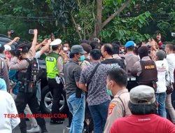 Mobil Dinas Bupati Lampung Utara Dicegat Peserta Unjuk Rasa