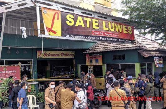 Penyegelan RM Sate Luwes oleh Pemkot Bandarlampung, Senin (14/6/2021).