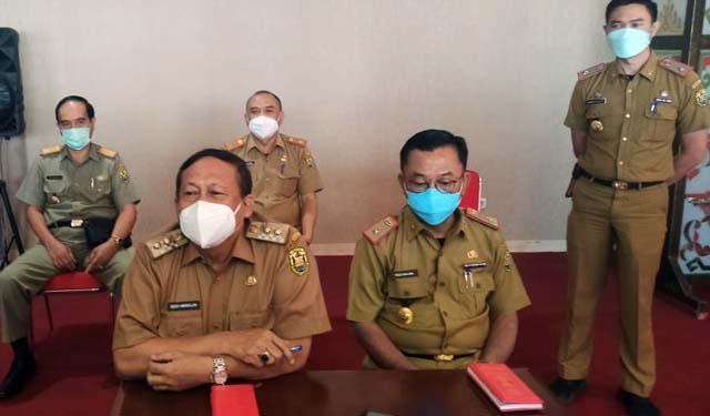 Wakil Walikota Bandarlampung, Deddy Amarulah (kiri), Senin (5/7/2021). menjelaskan soal alasan gerai Bakso Sony disegel.