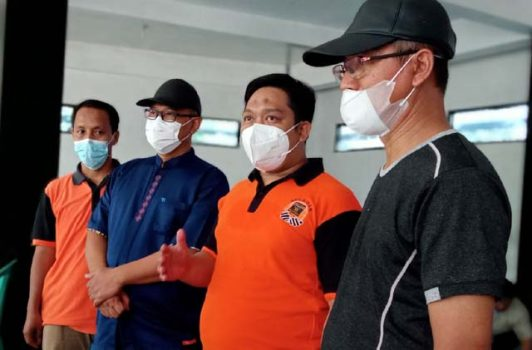 Ketua PKS Lampung Utara, M. Nuzul Setiawan (kedua dari kanan), menjelaskan jumlah hewan kurban yang mereka potong pada tahun ini, Rabu (21/7/2021).