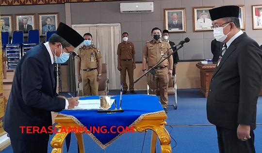Sekretaris Daerah Kabupaten Lampung Utara, Lekok menyaksikan penandatanganan berita acara pelantikan yang dilakukan oleh Direktur RSUD Ryacudu yang baru, Cholif Paku Alamsyah, Senin (12/7/2021).