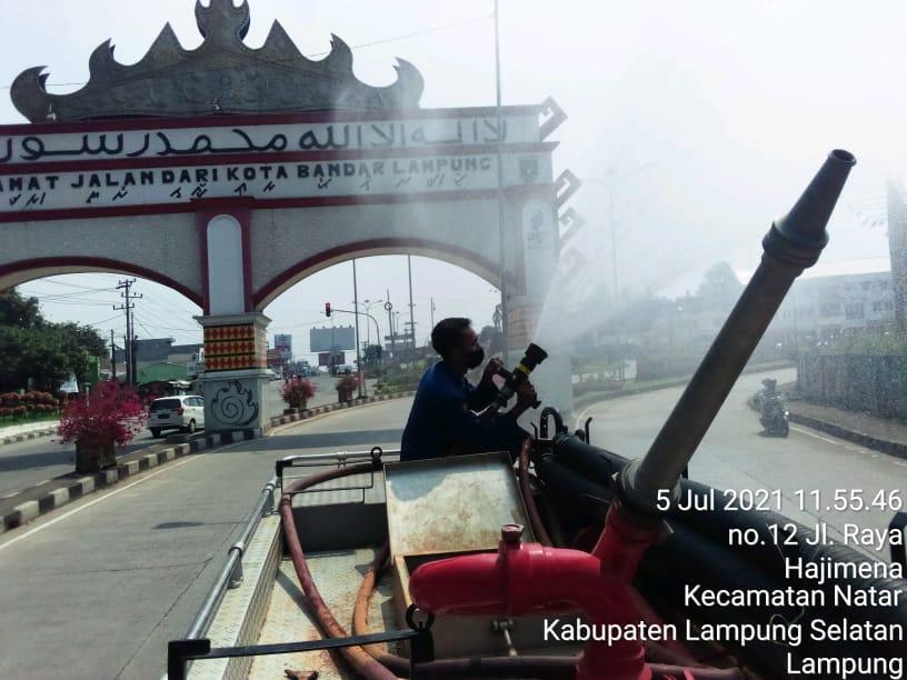 Petugas BPBD Kota Bandarlampung melakukan penyemprotan disinfektan di jalan-jalan protokol, Senin (5/7/2021).