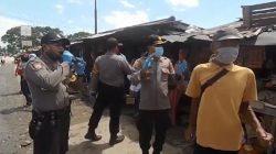 """Polisi di Tulangbawang bernyanyi lagu dangdut """"Tung Keripit"""" di Pasar Unit II Tulangbawang/Foto: dok Facebook - Hera Pandiangan"""