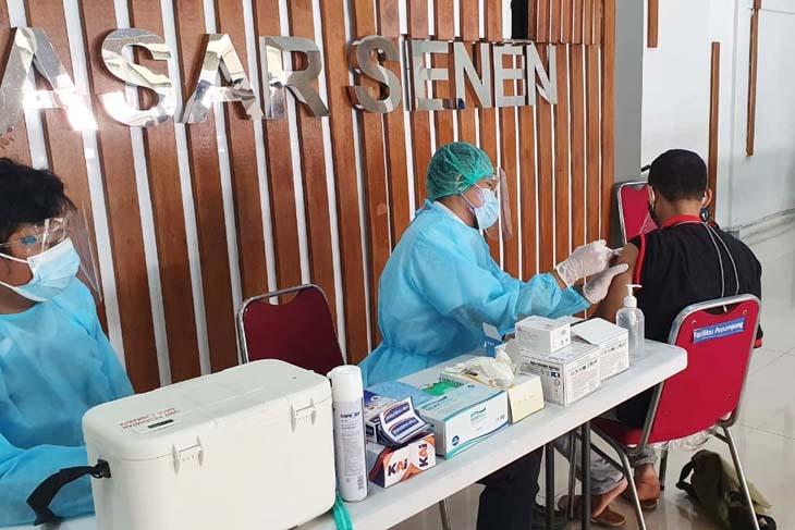 Seorang calon penumpang mendapatkan vaksinasi Covid-19 gratis di Stasiun Pasar Senen, Jakarta Pusat, Sabtu (3/7/2021). Foto: Humas PT KAI