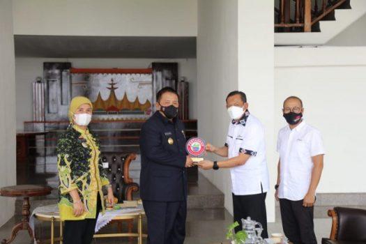 Gubernur Arinal menerima penghargaan dari Pertashop, Kamis (1/7/2021).