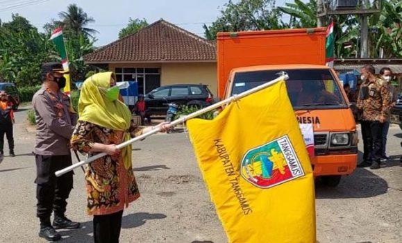 Bupati Dewi Handajani melepas mobil PT Pos Indonesia yang akan mengirimkan paket bantuan sosial di wilayah Tanggamus, Jumat (23/7/2021).