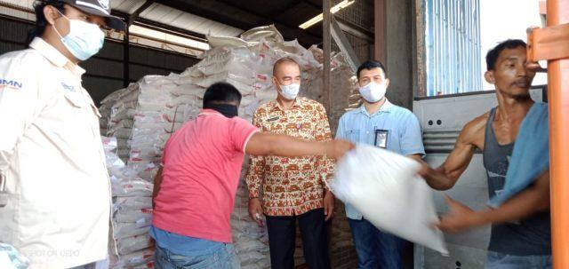 Kepala Dinas Sosial Lampung Utara, Eka Dharma Tohir menyaksikan prosesi penyerahan beras bantuan untuk KPM, Rabu (28/7/2021).