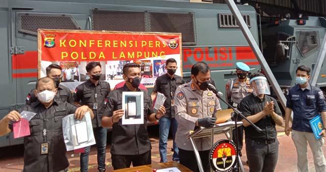 Konferensi pers Polda Lampung terkait penangkapan kasus guru menyebarkan video hoaks kerusuhan PPKM, Jumat (23/7/2021).