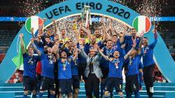Para pemain Italia memboyong Piala Euro setelah pada laga final mengalahkan Inggris melalui drama adu penalti, Senin dini hari WIB (12/7/2021). Foto: Instagram Serie A