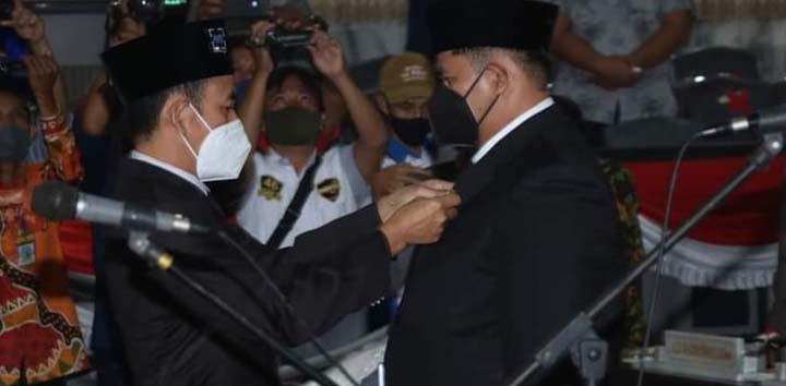 Ketua DPRD Lampung Utara, Romli menyematkan pin pada M. Agung Cakra Negara yang dilantik sebagai anggota DPRD Lampung Utara 2019 - 2024