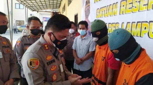 Kapolres Lampung Selatan, AKBP Edwin saat mengintrogasi kedua Pelaku pemalsuan surat rapidtes antigen dan pemerasan terhadap penumpang kendaraan di Mapolres Lampung Selatan, Rabu (28/7/2021).