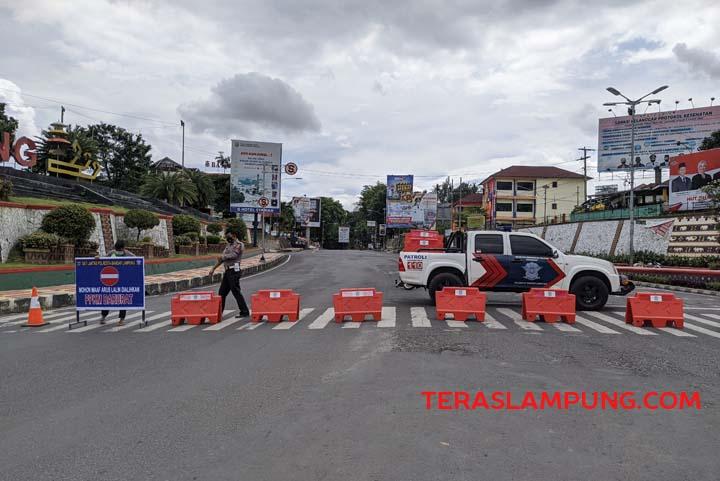 Penutupan jalan protokol pada hari pertama penerapan PPKM Darurat di Kota Bandarlampug dimulai dari Jalan Pangeran Diponegoro di wilayah Lungsir (dekat Kantor Pemkot Bandarlampung - Masjid Al Furqon), Senin pagi (12/7/2021).