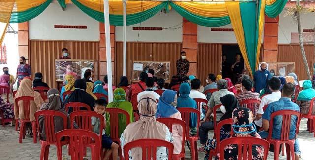 Suasana penyaluran BST beras dan uang di PT Pos Indonesia Lampung Utara, Jumat siang (30/7/2021), yang terlihat tidak sesuai protokol kesehatan.