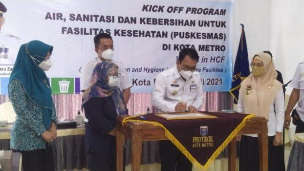 . Program Wash in HCF di Kota Metro dibuka secara resmi oleh Walikota Metro dr. Wahdi, Sp.OG (K) di ruang rapat rumah dinas Walikota Metro, Rabu (14/7/2021).
