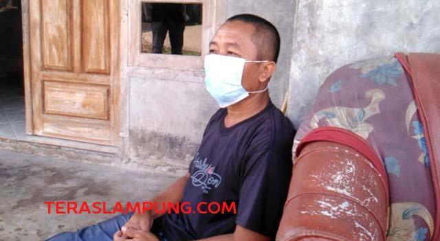 Slamet (40), suami Martini pasien ibu hamil yang dinyatakan reaktif Covid-19 dan mau melahirkan yang sempat ditolak di enam Rumah Sakit di Lampung.