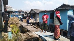 Walikota Eva Dwiana meninjau rumah warga yang diterjang ombak, Kamis (29/7/2021).