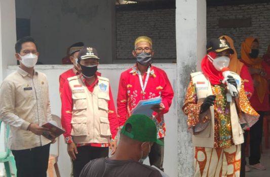 Walikota Eva Dwiana meninjau vaksinasi Covid-19 di Pulau Pasaran, Kamis (21/7/2021).