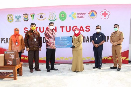 Kepala Perwakilan Lampung Bank Indonesia, Budiharto Setyawan (kiri), menyerahkan bantuan ke Pemkot dan diterima Walikota Eva Dwiana, Senin (30/8/2021).