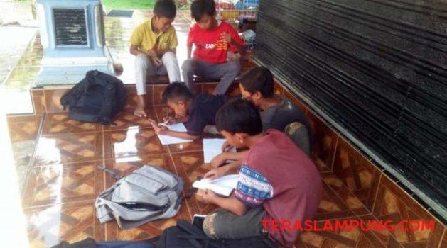 Siswa SDN 1 Sidomulyo mengerjakan tugas sekolah secara daring (online) di salah satu rumah siswa di Desa Sidomulyo, Kecamatan Sidomulyo, Lampung Selatan.
