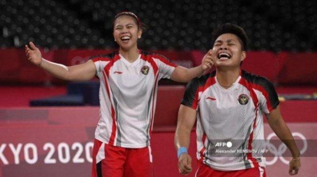 Greysa Polii dan Apriani Rahayu meraih emas cabang bulutangkis ganda putri Olimpiade Tokyo 2020 di Tokyo, Jepang, Senin siang WIB (2/8/2021). Foto: AFP
