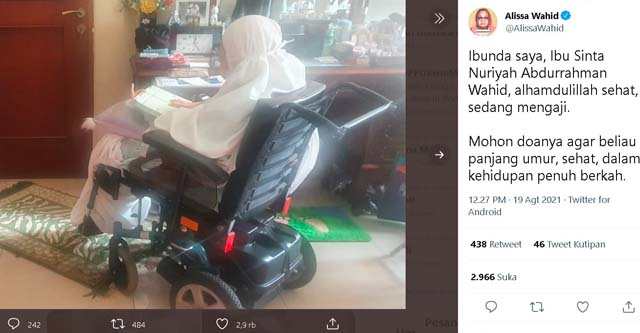 Klarifikasi Alissa Wahid di akun Twitter terkait kabar bohong meninggalnya istri mantan Presiden Abdurrahman Wahid, Ny. Sinta Nuriyah Wahid, disertai foto Ny. Sinta Nuriyah Wahid yang sedang mengaji, Kamis siang (19/8/2021)/