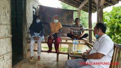 Wakil Ketua I DPRD Lampung Selatan Agus Sartono (kemeja putih) berbincang santai bersama Karmila (kiri), Armi, adik iparnya (tengah) dan Tukul, suami Karmila saat melakukan kunjungan di kediaman keluarga Karmila, Kamis (4/8/2021).