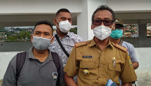 Kepala BPKAD Pemkot Bandarlampung Wilson Faisol (kanan)