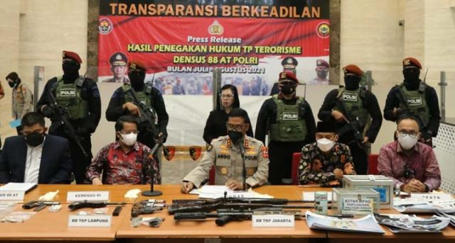 Kepala Divisi (Kadiv) Humas Polri Irjen Argo Yuwono memaparkan sumber pendanaan puluhan anggota kelompok terduga teroris yang baru saja ditangkap Densus 88, Jumat (20/8/2021).