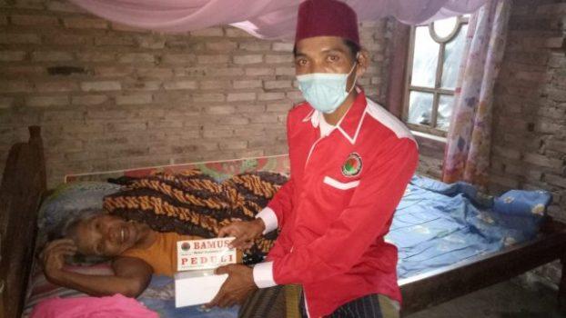 """Pariyem (65), salah seorang warga di Kecamatan Way Panji yang sedang dalam keadaan sakit menerima bantuan melalui aksi sosial """"Bamusi Lamsel Peduli', organisasi sayap PDI Perjuangan."""
