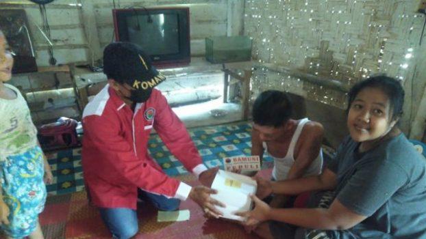 Bamusi Lamsel, organisasi sayap PDI Perjuangan memberikan bantuan dan suport kepada Sopyan (31), seorang warga yang menderita sakit glaukoma atau kerusakan saraf mata di Dusun Sumberejo, Desa Campang tiga, Kecamatan Sidomulyo.