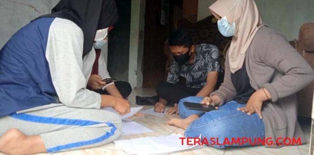 Siswa kelas XI MIPA 2 SMAN 1 Sidomulyo, saat sedang mengerjakan tugas sekolah bersama secara daring di salah satu rumah siswa di Desa Sidodadi, Kecamatan Sidomulyo, Lampung Selatan.