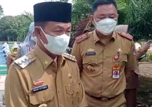 Bupati Budi Utomo (kiri) didampingi Kepala Dinas Pendidikan dan Kebudayaan Lampung Utara, Matsoleh menjelaskan pelaksanaan PTM perdana di seluruh sekolah di Lampung Utara, Senin (30/8/2021).