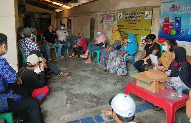 Pertemuan pedagang Taman Gajah dengan Kepala Lingkungan (Kaling) II Kelurahan Enggal Suhatsyah.