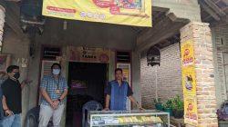 Saprudin (kanan) di depan outletnya di Kelurahan Sukerejo, Pringsewu, Jumat (6/8/2021).