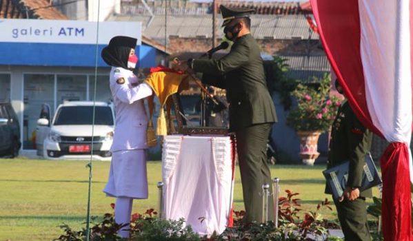 Dandim 0412/LU menyerahkan duplikat bendera merah - putih pada Pasukan Pengibar Bendera Pusaka