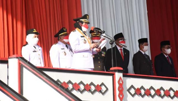 Walikota Eva Dwiana membacakan sambutan dalam acara peringatan HUT ke-76 RI, Selasa (17/8/2021).