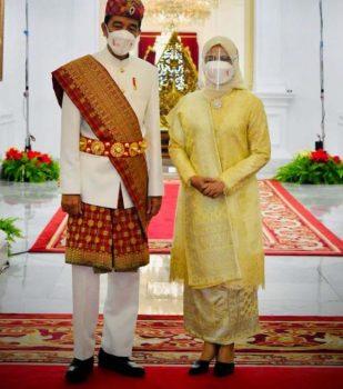 Presiden Jokowi mengenakan pakaian adat Lampung saat menjadi pemimpin upacara peringatan detik-detik Proklamasi di Istana Negara, Selasa (17/8/2021).