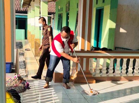 Wakil Bupati Lampung, Ardito Wijaya, mengepel masjid untuk menjalani sanksi yang diberikan PN Gunungsugih, Rabu pagi (4/8/2021).
