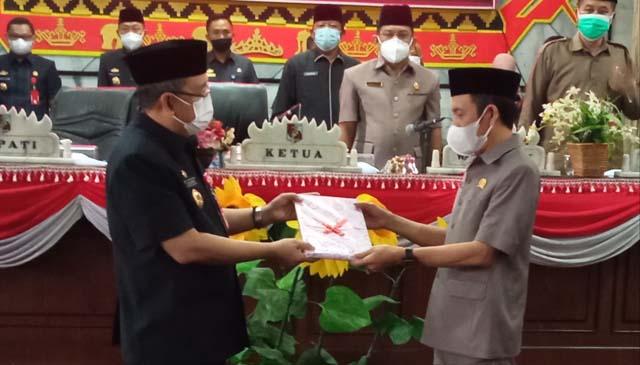 Ketua DPRD Lampung Utara, Romli menerima secara simbolis dokumen KUA-PPAS tahun 2022 dari Sekdakab, Lekok