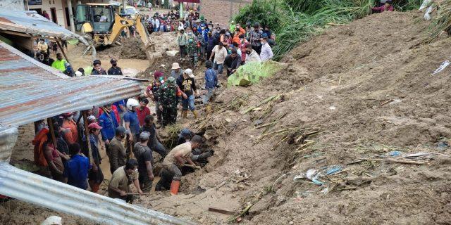 Petugas BPBD dan warga mengevakuasi warga yang tertimbun longsor di Kecamatan Kabanjahe, Kabupaten Karo, Provinsi Sumatera Utara, Jumat (27/8). (BPBD Kabupaten Karo)