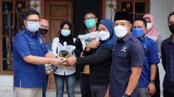 Partai Nasdem Lampung membagikan beras dan uang tunai kepada warga yang terdampak pandemi Covid-19, Senin (23/8/2021).