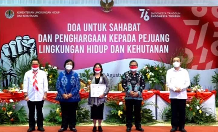 Lady Noor Chita Mawardi menerima penghargaan Pejuangan Lingkungan Hidup dan Kehutanan untuk almarhum Dedy Mawadi dari Kementerian LHK, Kamis petang (19/8/2021).