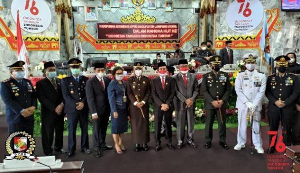 Ketua DPRD Lampung Utara, Romli berpose bersama dengan unsur Forkopimda usai sidang paripurna, Senin (16/8/2021).